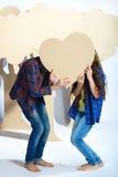 Мальчик и девушка держа сердце картона человек влюбленности поцелуя принципиальной схемы к женщине Стоковое фото RF