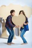 Мальчик и девушка держа сердце картона человек влюбленности поцелуя принципиальной схемы к женщине Стоковые Изображения RF