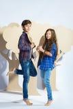 Мальчик и девушка держа сердце картона человек влюбленности поцелуя принципиальной схемы к женщине Стоковое Изображение RF