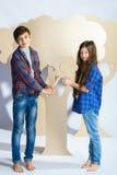 Мальчик и девушка держа сердце картона человек влюбленности поцелуя принципиальной схемы к женщине Стоковые Фото