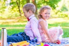 Мальчик и девушка 6 лет на пикнике Стоковые Изображения RF