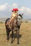 Мальчик и девушка ехать лошадь на ферме Стоковая Фотография