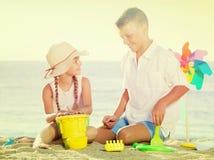 Мальчик и девушка играя пляж Стоковое фото RF