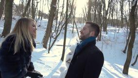 Мальчик и девушка имея потеху с снегом видеоматериал
