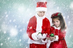 Мальчик и девушка как santa и эльф Стоковая Фотография