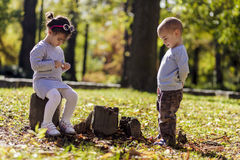 Мальчик и девушка на лесе осени Стоковое фото RF