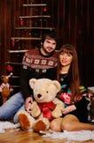 Мальчик и девушка на предпосылке украшений рождества Стоковое Изображение RF