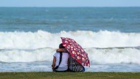 Мальчик и девушка на пляже Любовь Стоковое Изображение