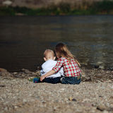 Мальчик и девушка на реке Стоковая Фотография