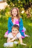 2 счастливых дет имея потеху в парке Стоковое Изображение RF