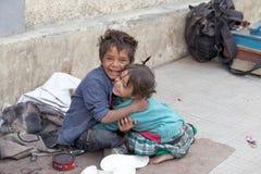 Мальчик и девушка попрошайки в Leh, Индии Стоковые Фото