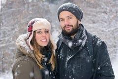 Мальчик и девушка представляя в снеге Стоковое фото RF