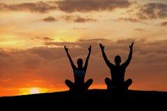 Мальчик и девушка приниматься йогу на природе Стоковое Фото