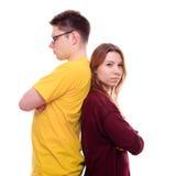 Мальчик и девушка стоят спина к спине Стоковые Изображения