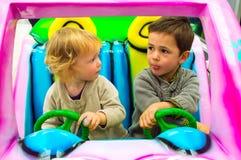 Мальчик и девушка управляя в автомобиле Стоковое фото RF