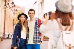 Мальчик и девушка усмехаясь при друг снимая их Стоковые Фотографии RF