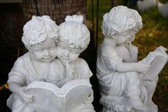 Мальчик и девушка штукатурки стоковое изображение rf