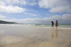 Мальчик и его мать наслаждаясь пляжем в лете стоковая фотография rf