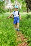 Мальчик идет через лес Стоковые Фото