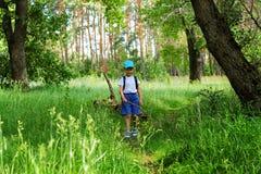 Мальчик идет через лес Стоковые Фотографии RF