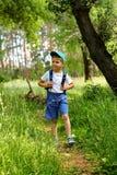 Мальчик идет через лес Стоковые Изображения RF