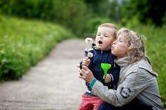 Мальчик и женщина с одуванчиком Стоковая Фотография RF
