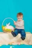 Мальчик и зайчик пасхи с яичками Стоковые Изображения