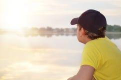 Мальчик и заход солнца стоковое изображение rf