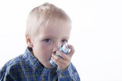 Мальчик и ингалятор астмы стоковое фото rf