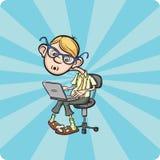 Мальчик идиота шаржа сидя с компьтер-книжкой Стоковое фото RF
