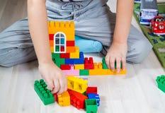 Мальчик и конструктор стоковые изображения
