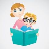Мальчик и мама читая книгу Стоковые Фотографии RF