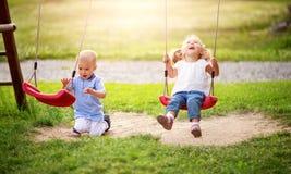 Мальчик и мальчик играя на задворк Стоковые Изображения RF