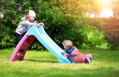Мальчик и мальчик играя на задворк Стоковое фото RF