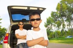 Мальчик и отец с их автомобилем в парке стоковое изображение