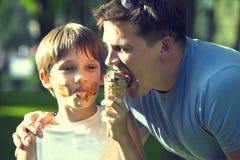 Мальчик и папа стоковое изображение