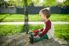 Мальчик и песок Стоковое Фото