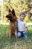 Мальчик и собака для прогулки Стоковое Изображение
