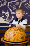 Мальчик и старый глобус Стоковые Изображения RF