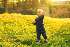 Мальчик идя в парк на времени весны на заходе солнца стоковое фото rf