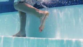 Мальчик идя под водой на шаги в бассейн видеоматериал