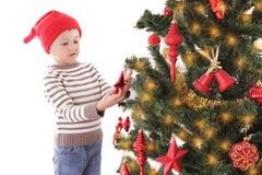 Мальчик как хелпер Санты украшая рождественскую елку стоковая фотография