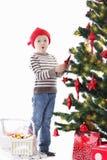 Мальчик как хелпер Санты украшая рождественскую елку стоковое фото rf