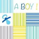Мальчик карточки объявления рождения младенца newborn с куклой на прокладке Стоковое Фото