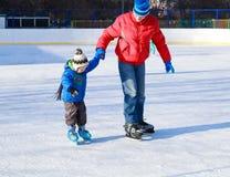 Мальчик катаясь на коньках с родителем Стоковые Изображения RF