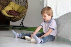 мальчик книги меньшее чтение стоковая фотография rf