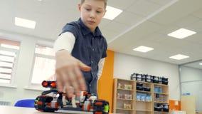 Мальчик контролирует современный робот 4K видеоматериал