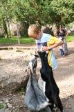 Мальчик которое подает и Пэт 2 козы на зоопарке Стоковое фото RF