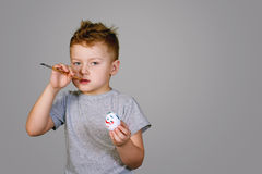 Мальчик крася пасхальное яйцо Стоковая Фотография RF