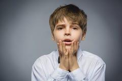 Мальчик крупного плана унылый с потревоженным усиленным выражением стороны стоковое изображение